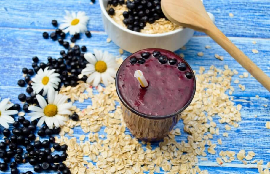 berry smoothies and oatmeal